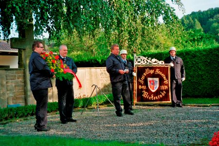 Zu Ehren der verstorbenen Feuerwehrkamaraden wurde ein Kranz niedergelegt. Foto: Privat